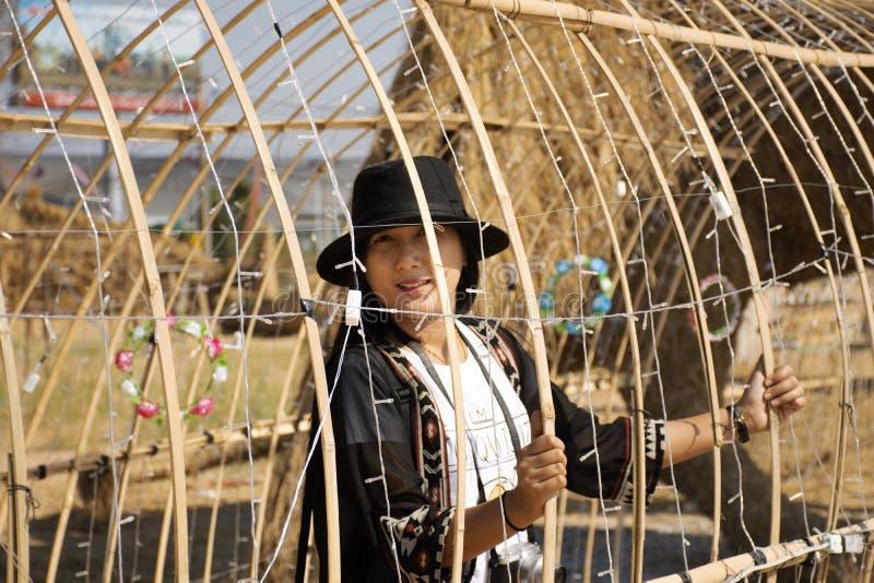 Visite thaïlandaise de voyage de personnes de femmes de voyageurs et portrait de pose pour le chiffre Festiva d'homme de marionne image libre de droits