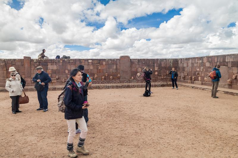 Visite Tiwanaku de touristes photos stock