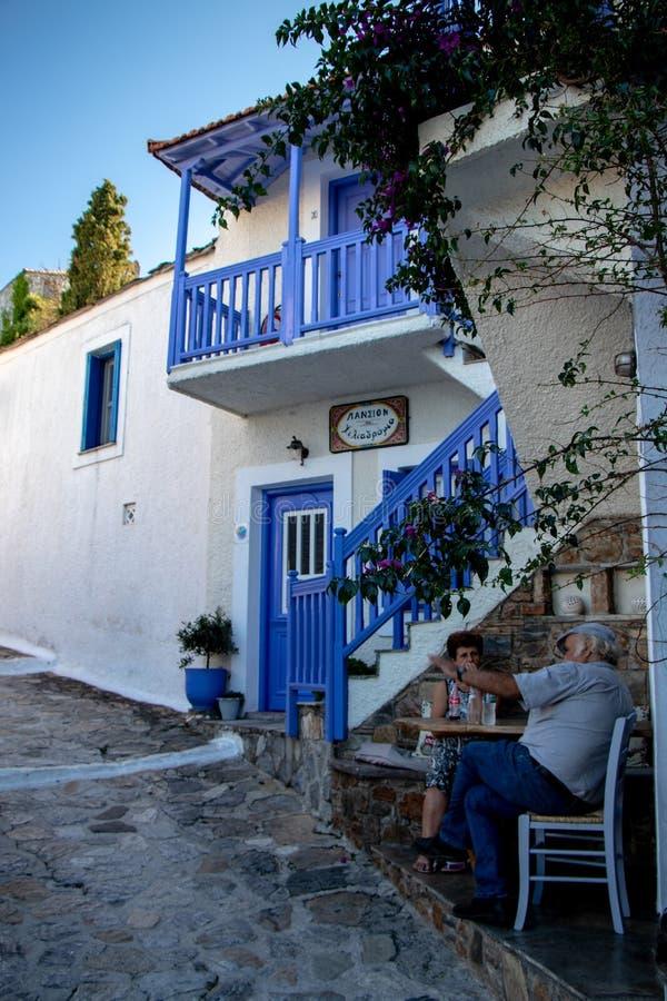 Visite touristique de marche de jeune femme dans une petite ville grecque de Chora en Grèce pendant l'été, pièce d'île d'Alonisso photographie stock