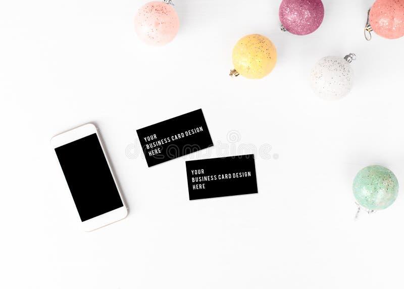 Visitenkarte Smartphonemodell Weihnachtszusammensetzungshintergrund tapezieren Sie, Dekorationsbälle, auf weißem Hintergrund lizenzfreie stockfotos