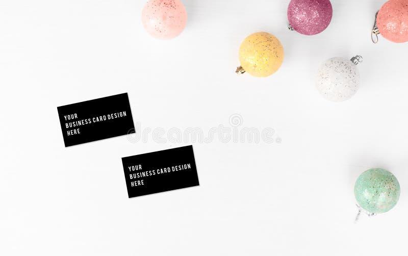 Visitenkartemodell Weihnachtszusammensetzungshintergrund tapezieren Sie, Dekorationsbälle, auf weißem Hintergrund Flache Lage, Sp lizenzfreie stockbilder