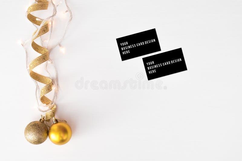 Visitenkartemodell Weihnachtszusammensetzungshintergrund tapezieren Sie, Dekorationsbälle, auf weißem Hintergrund Flache Lage, Sp stockfotografie