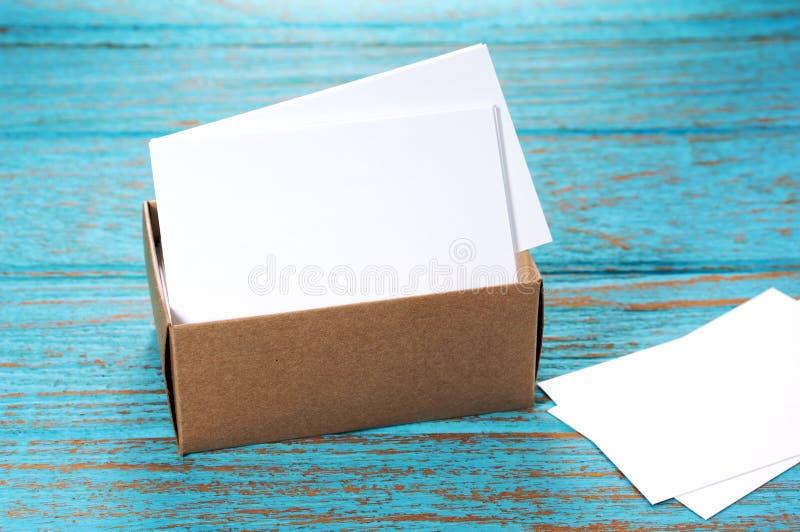 Visitenkarten im Papierkasten auf hölzernem Schreibtisch stockbild
