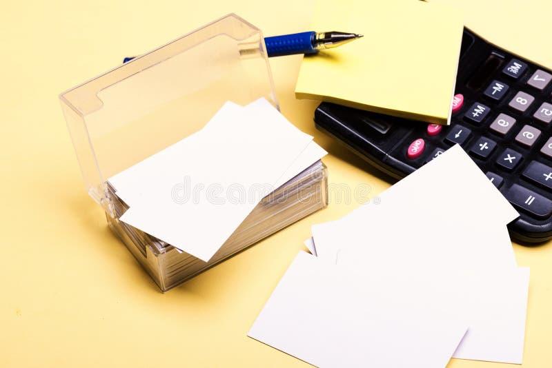 Visitenkarten mit leerem Raum im Kasten und in den klebrigen Anmerkungen stockfotografie