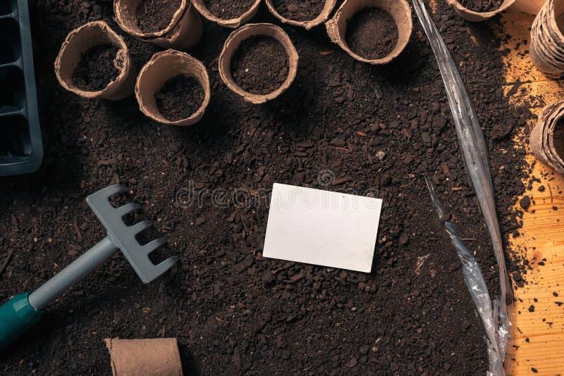 Visitenkartespott oben für organische Gartenarbeitund Landwirtschaftstätigkeit lizenzfreies stockfoto