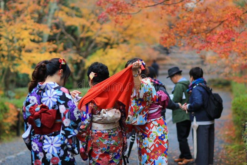 Download Visiter在寺庙的Nison在京都 编辑类库存照片. 图片 包括有 绿色, 五颜六色, 的btu, beautifuler - 108753503