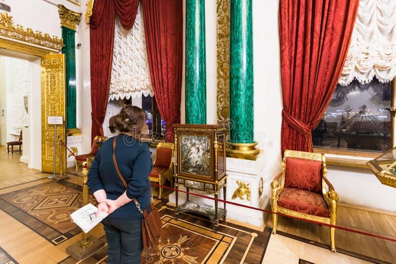 Visiteur dans la chambre de malachite du musée d'ermitage photos stock