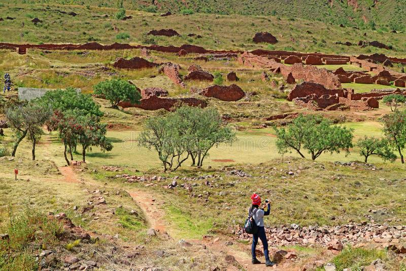 Visiteur féminin photographiant les restes de Piquillacta, site archéologique de Pré-Inca dans la vallée du sud de la région de C images stock