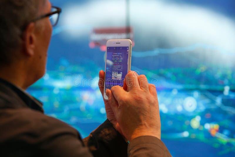 Visiteur prenant des photos avec son téléphone portable à MWC19 à Barcelone image stock