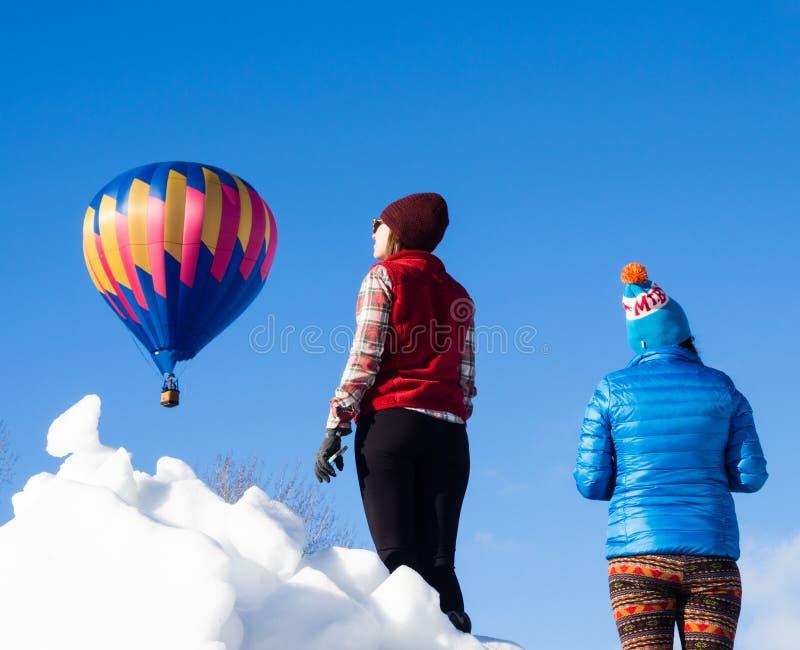Visiteurs appréciant la vue des ballons à air chauds décollant pendant le festival de ballon de Winthrop images libres de droits