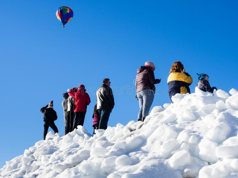 Visiteurs appréciant la vue des ballons à air chauds décollant pendant le festival de ballon de Winthrop photos stock