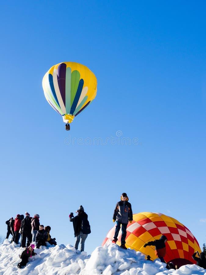 Visiteurs appréciant la vue des ballons à air chauds décollant pendant le festival de ballon de Winthrop image stock