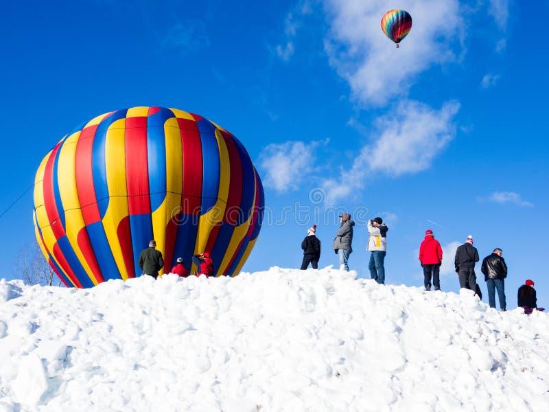 Visiteurs appréciant la vue des ballons à air chauds décollant pendant le festival de ballon de Winthrop photo stock