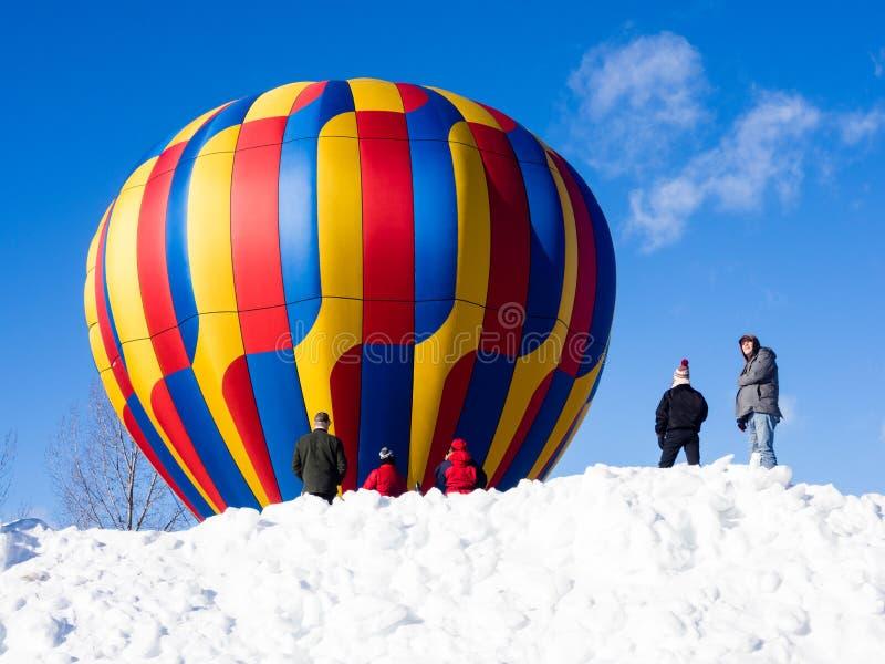 Visiteurs appréciant la vue des ballons à air chauds décollant pendant le festival de ballon de Winthrop photographie stock libre de droits
