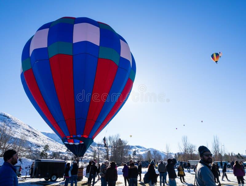 Visiteurs appréciant la vue des ballons à air chauds décollant pendant le festival de ballon de Winthrop photos libres de droits