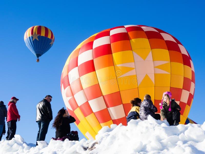 Visiteurs appréciant la vue des ballons à air chauds décollant pendant le festival de ballon de Winthrop images stock