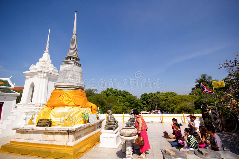 Visiteurs au temple de Praputthabat le temple célèbre dans Saraburi images libres de droits
