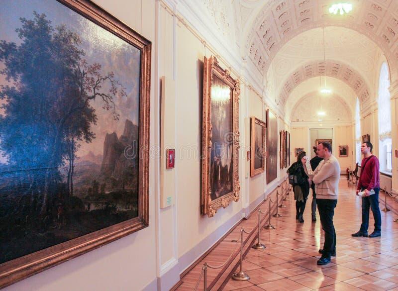 Visiteurs aux peintures image libre de droits