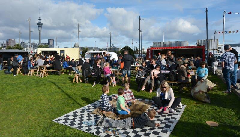 Visiteurs ayant un pique-nique au quart de Wynyard en Ne Zeala d'Auckland photo stock