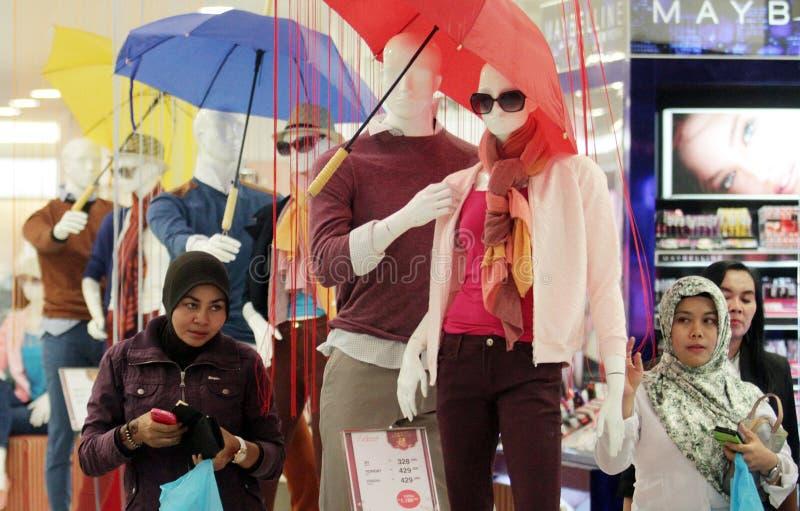 Visiteurs d'un mail dans la ville photo libre de droits