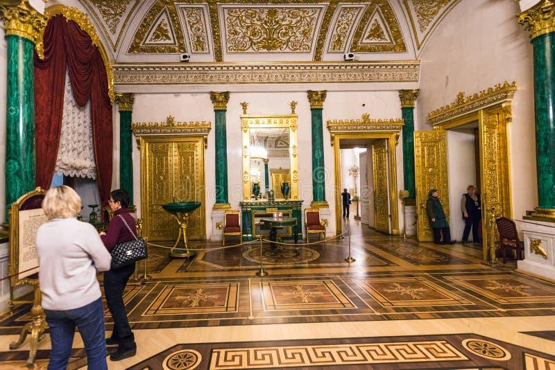 Visiteurs dans le hall de malachite du musée d'ermitage image stock