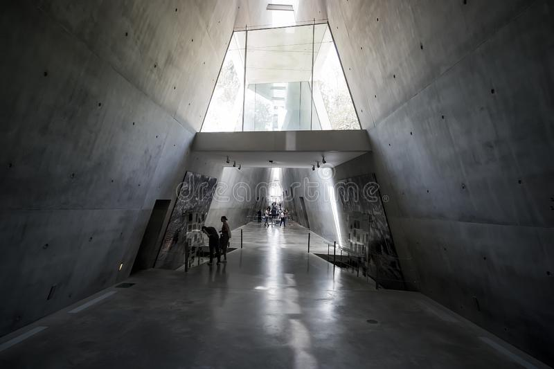 Visiteurs dans Yad Vashem - mémorial national israélien de l'holocauste et du héroisme consacrés à la mémoire du génocide du juif image stock
