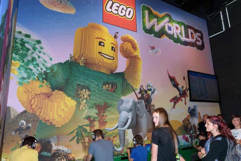 Visiteurs de foire commerciale jouant Lego Worlds à la cabine des élém. images stock