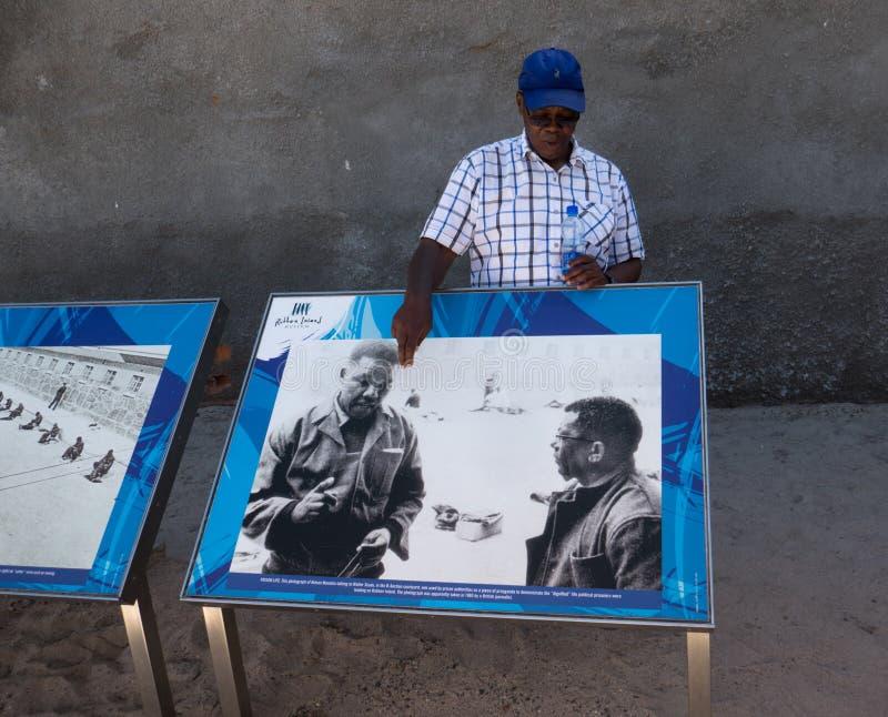 Visiteurs de guidage d'ancien prisonnier sur Robben Island image stock