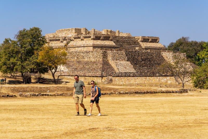 Visiteurs de site de Monte Alban, Mexique photos stock