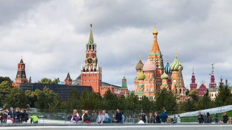 Visiteurs en parc de Zaryadye et vue de Kremlin images libres de droits