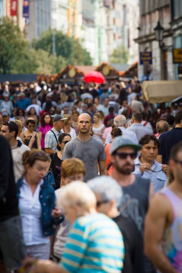 Visiteurs et résidents du capital sur les rues de la vieille ville images libres de droits