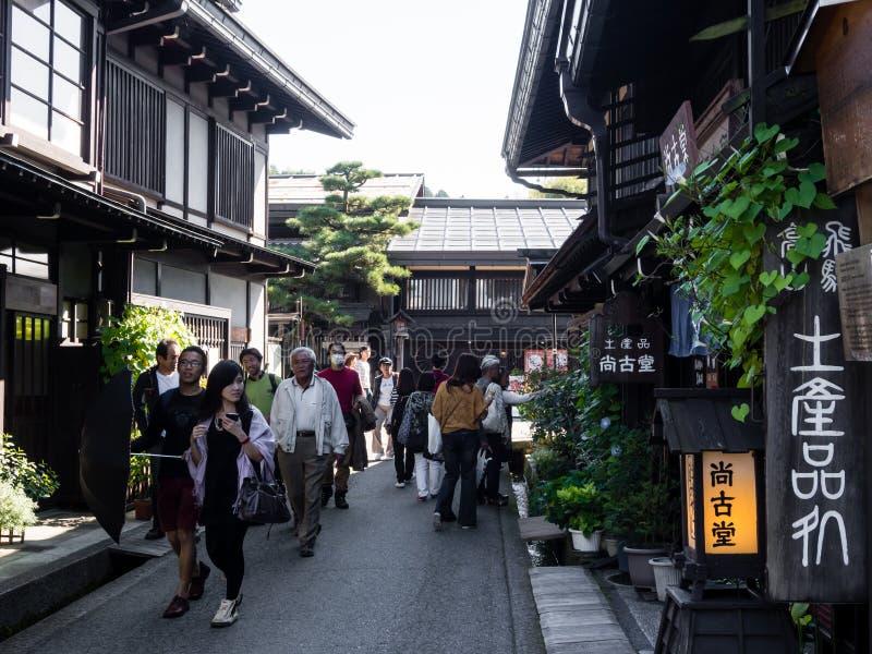 Visiteurs flânant dans le vieux centre ville de Takayama image stock