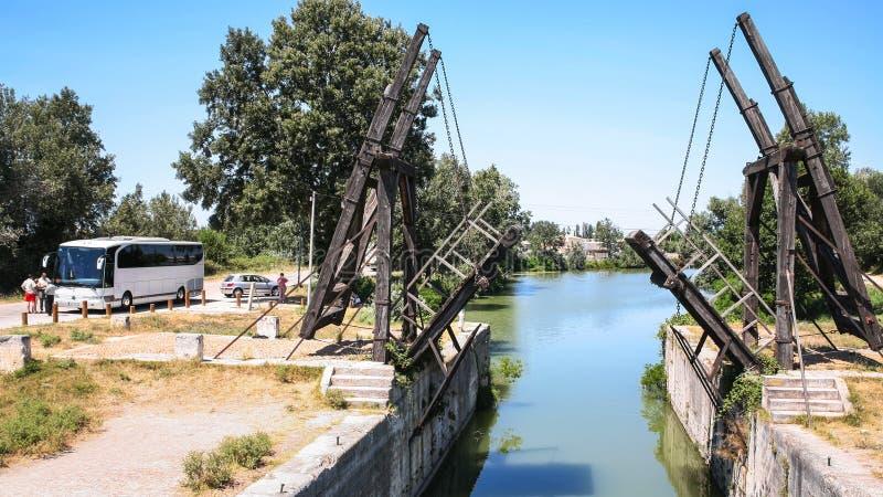 Visiteurs près de Pont Van Gogh dans Arles image stock