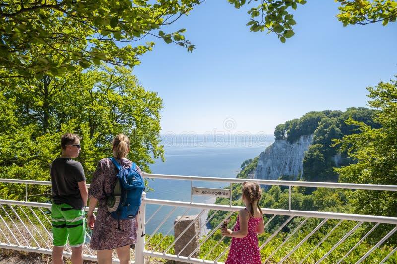 Visiteurs sur la plate-forme de visionnement de Königsstuhl dans Sassnitz photos stock