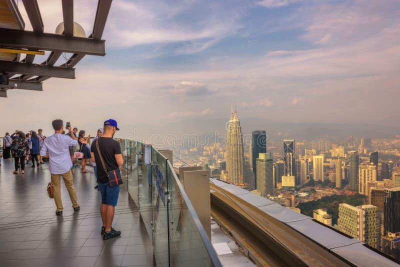 Visiteurs sur la tour de Menara kilolitre en Kuala Lumpur image libre de droits