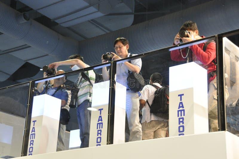 Visiteurs testant la lentille de Tamron photo stock