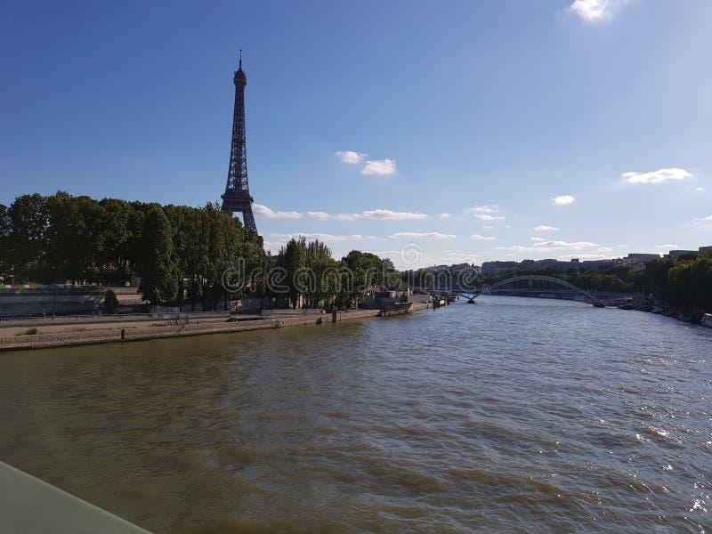Visiti l'immagine di Eiffel al tramonto con la luce dell'erba al sole immagini stock libere da diritti
