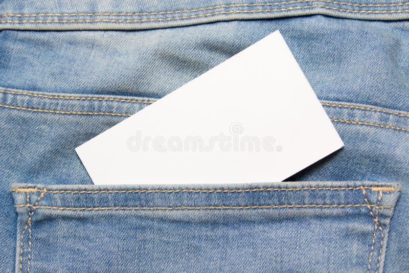 Visitkort i bakficka av jeans royaltyfri bild