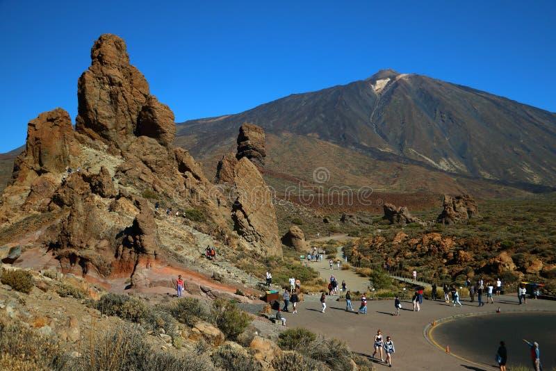 Visitors to the volcano el teide. Visitors to the volcano elteide enjoy a view from a beautiful viewpoint.Bezoekers genieten van het uitzicht aan de vulkaan el royalty free stock images