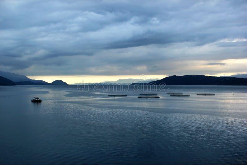 Viskwekerijen in Hardanger-fjord, Hordaland-provincie, Noorwegen royalty-vrije stock afbeeldingen