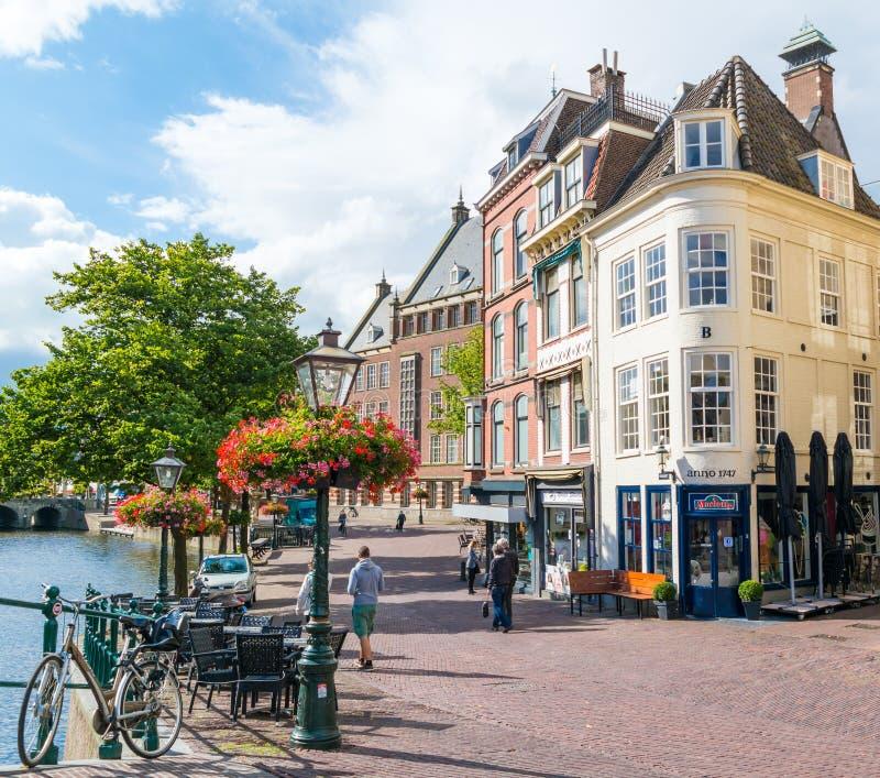 Vismarkt gata i Leiden, Nederländerna fotografering för bildbyråer