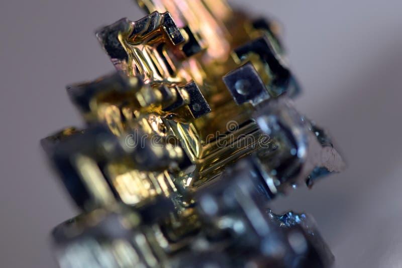 Vismutkristallen färgar makrodetaljen arkivbilder