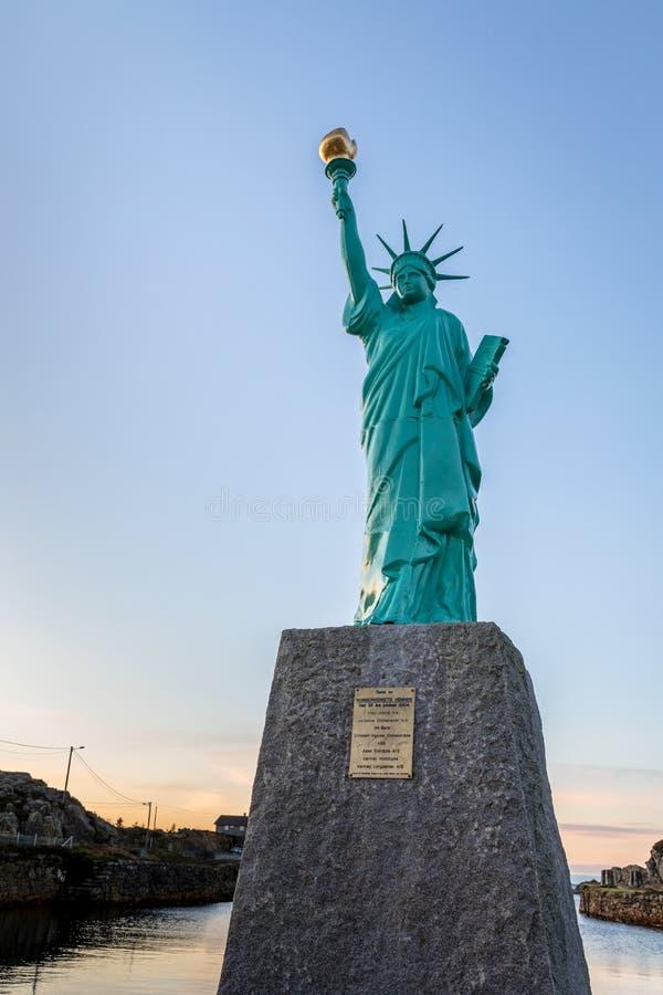 Visnes,挪威, 2018年1月9日:自由女神像的复制品在挪威,欧洲 在海岛近Karmoy上的Visnes 免版税库存照片