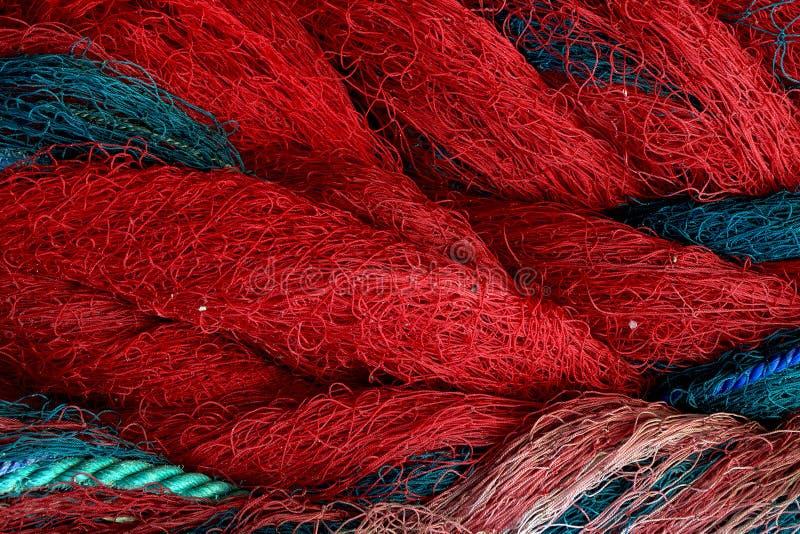 Visnetclose-up Achtergrond met blauwe en rode kabels stock foto