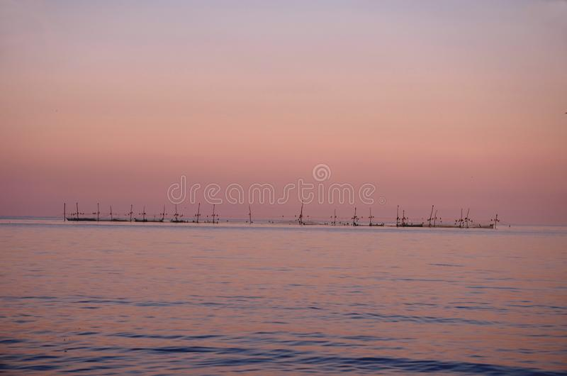 Visnetten in de Zwarte Zee in avondtijd stock foto's