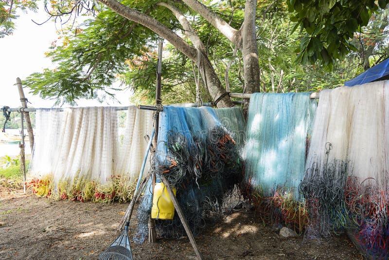 Visnetten die door het overzees worden schoongemaakt en worden gehangen royalty-vrije stock afbeeldingen