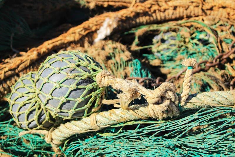 Visnettenachtergrond en boeien in de haven stock afbeeldingen