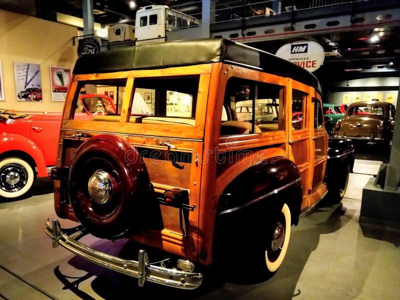 Visning för Ford Retro tappningbil i museum Gammal tappningbil som göras av trä arkivfoton