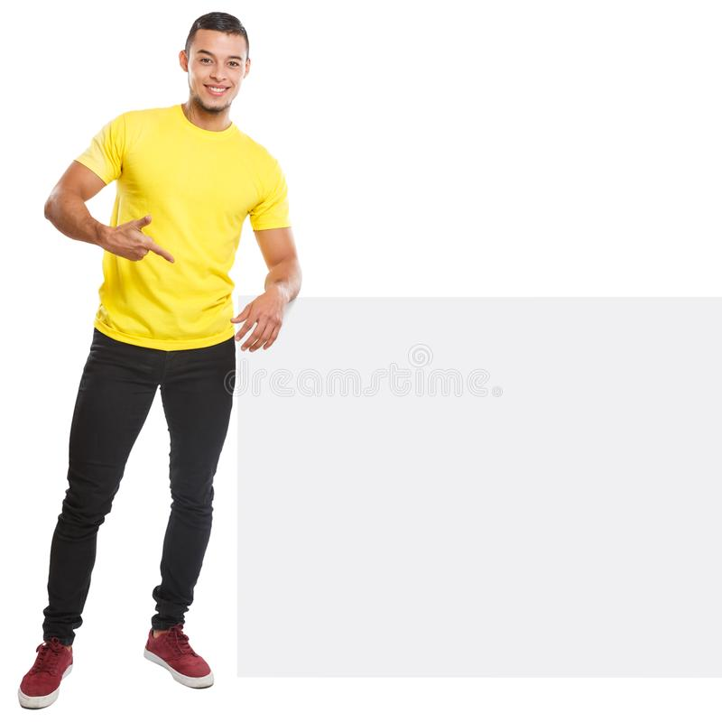 Visning för ung man som pekar copyspace som marknadsför det tomma tomma tecknet för annonsannons som isoleras på vit royaltyfri bild