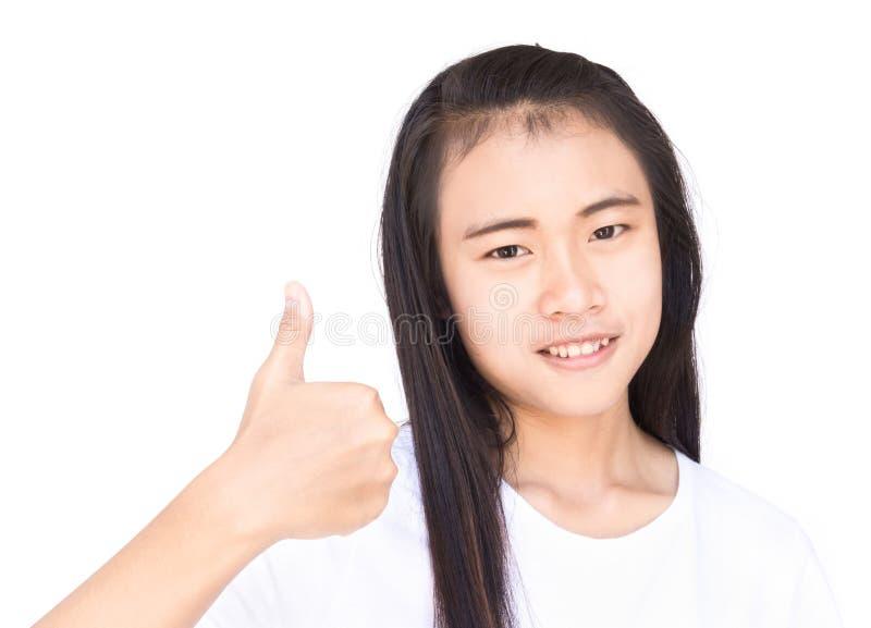 Visningen för ung kvinna för Closeup tummar den asiatiska upp med vit backgroun fotografering för bildbyråer